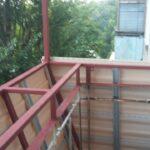 Балкон под ключ с выносом по подоконнику.